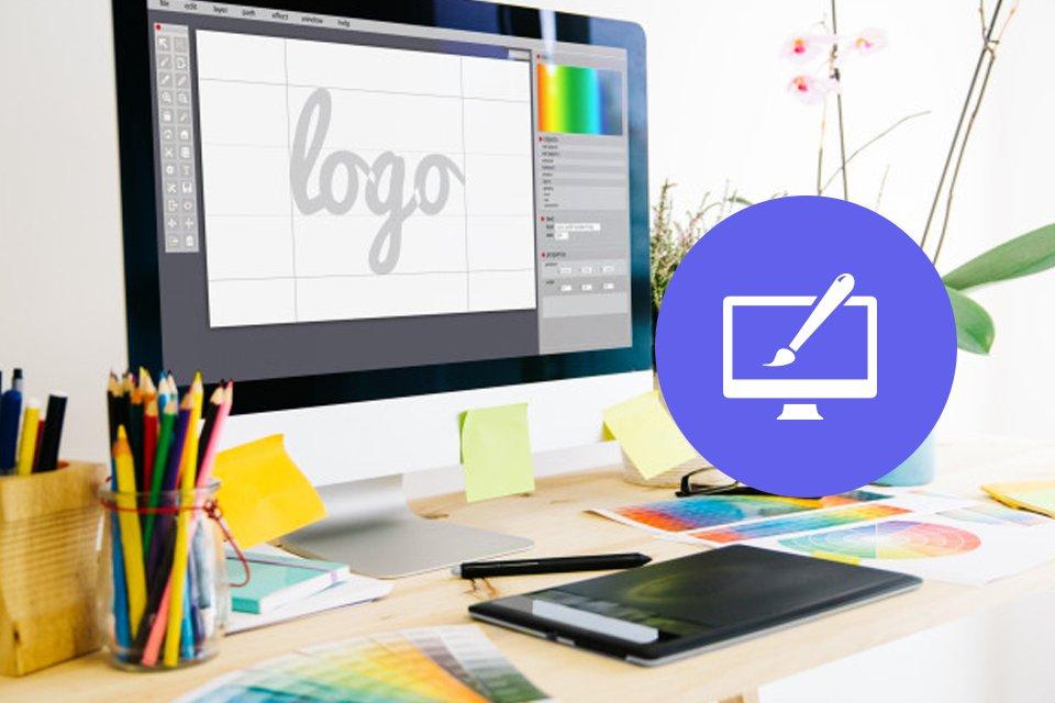 imac sobre escritorio con la palabra logo en pantalla rodeada de elementos graficos como lapices de colores y pantone. Boton azul morado etapa diseñar. En Cómo crear tu logo en 5 etapas.