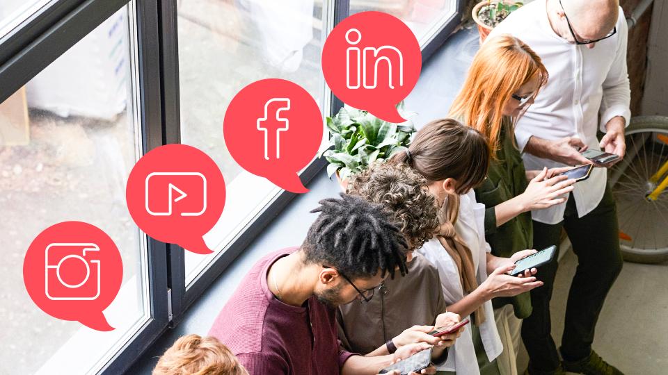 Estrategias de branding para redes sociales, desarrolla tus personajes de marketing, ejemplo imagen de personas escribiendo en su celular en cada red social