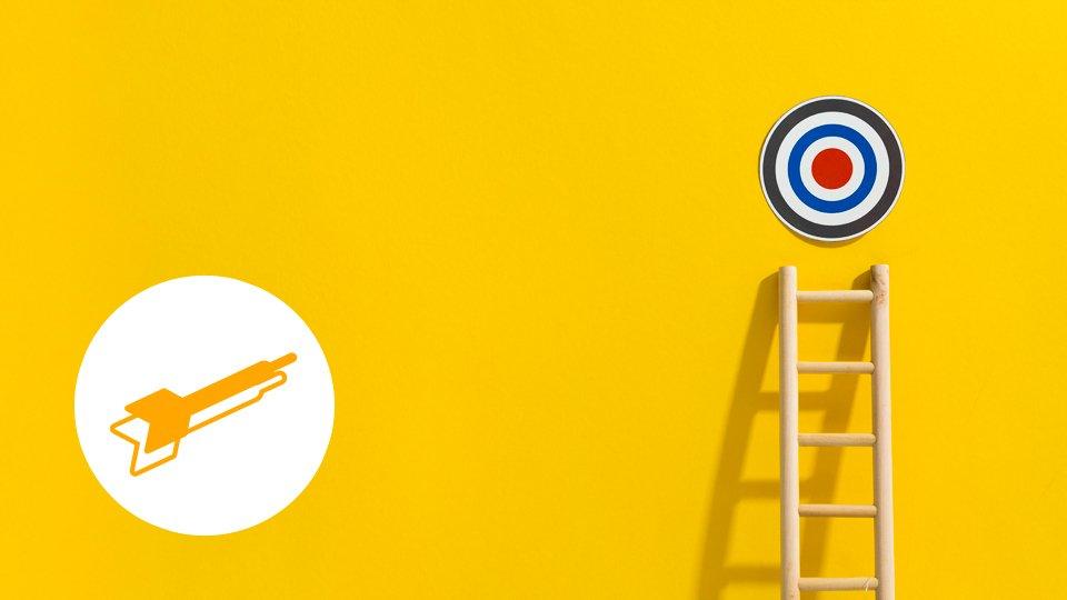 imagen fondo amarillo con una diana y una escalera en ¿Cuál es la función de una marca?