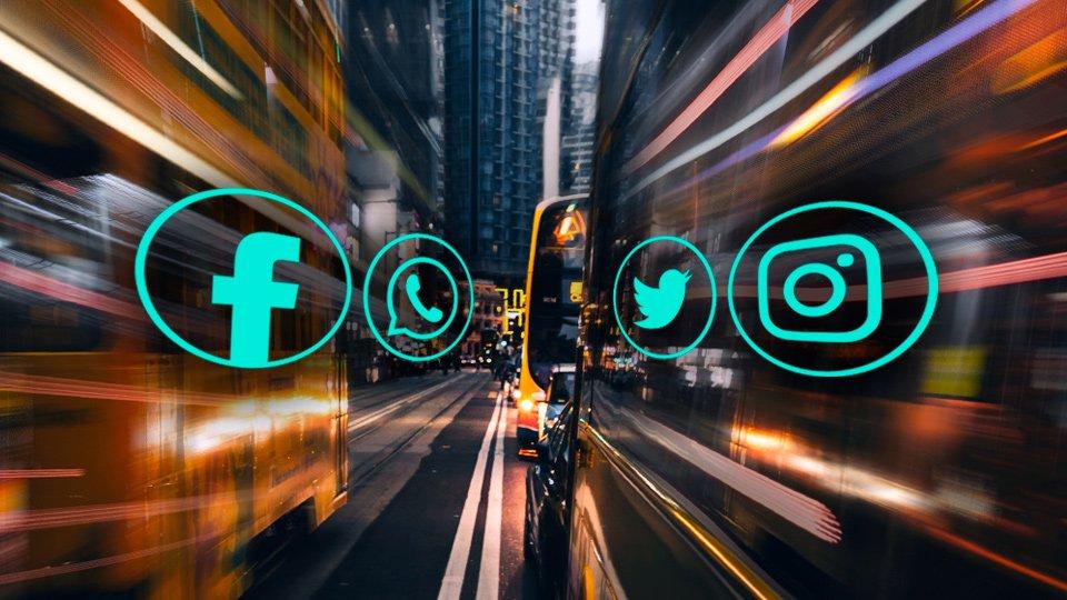 iconos de redes sociales con efecto que rapidez que ilustra el consumo de información acelerada