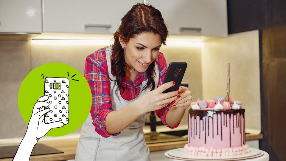 mujer tomando foto de producto con su movil, pastel, mujer emprendedora