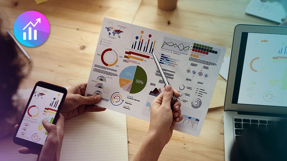 Personas analizando estadísticas para planificar en redes sociales